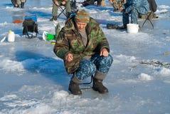 Man på vintern som fiskar 51 Arkivfoton