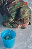 Man på vintern som fiskar 49 Royaltyfri Fotografi