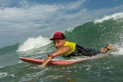 Man på en surfingbräda Arkivbild
