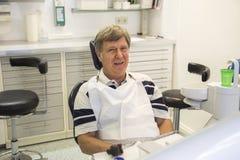 Man på tandläkaren Arkivfoton