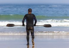 MAN WITH PADDLE GO TO KAYAK royalty free stock photos