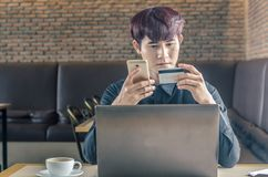 Man paying with credit card on smart phone Royalty Free Stock Photos