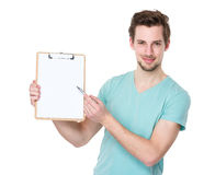 Man pen point to clipboard Royalty Free Stock Images