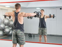 Man performing shoulder workout at the gym Royalty Free Stock Images