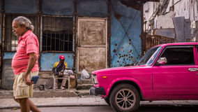 Man with pink Oldtimer im Havana, Cuba Stock Images