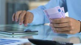 Man planläggningen för att investera pengar i crypto valuta som söker information på minnestavlan stock video