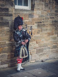 Man playing bagpipes in Edinburgh Stock Photography
