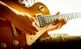 Man playing electric guitar Royalty Free Stock Images