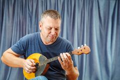 Free Man Playing The Mandolin Royalty Free Stock Images - 128576859