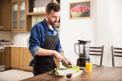Man preparing a green smoothie Stock Images