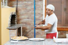 Man preparing pizza Royalty Free Stock Images