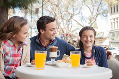 Man and prettys girls drinking cappuccino Royalty Free Stock Photos