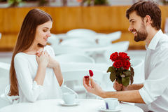 Man proposing to woman Royalty Free Stock Images