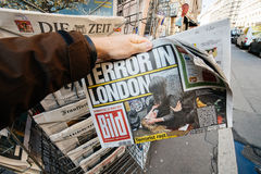 Man purchases a Die Bild newspaper from press kiosk after London Royalty Free Stock Images