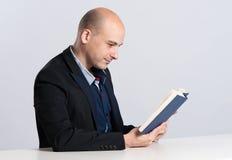 Man reading book Royalty Free Stock Photos