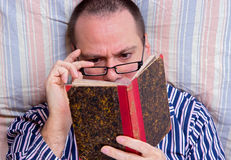 Man reading a book Royalty Free Stock Images
