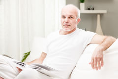 Man reading a book in his living room Royalty Free Stock Photos