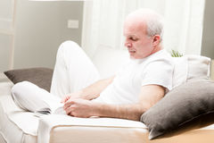 Man reading a book in his living room Royalty Free Stock Photography