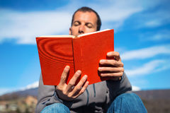 Man reading book Royalty Free Stock Images