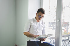 Man reading a book Royalty Free Stock Photos