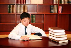 Man reading in library Royalty Free Stock Images