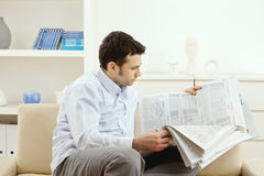 Man reading newspaper Royalty Free Stock Images