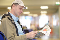 Man reading a newspaper Royalty Free Stock Images