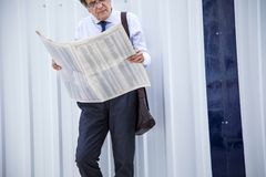 Man reading newspaper at outdoor Royalty Free Stock Photos