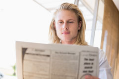 Man reading newspaper Royalty Free Stock Photos