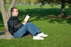 Man Reading Outside Royalty Free Stock Photos