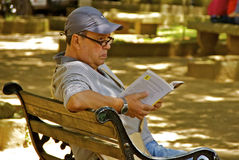 Colombian man reading in parc Stock Images