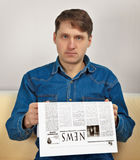Man reads newspaper Royalty Free Stock Photos