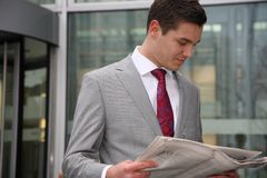 man reads newspaper Royalty Free Stock Photos