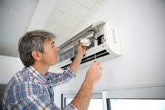 Man repairing air conditioner Stock Photography
