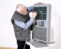 Man repairing air conditioning Royalty Free Stock Photos