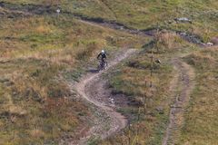 Man riding mountain bicycle downhill royalty free stock photos