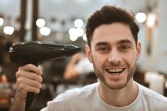 Man& x27; s身体关心 自称呼头发 图库摄影