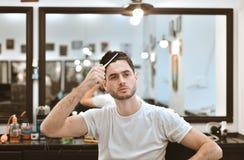 Man& x27; s身体关心 自称呼头发 免版税库存图片