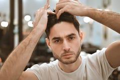 Man& x27; s身体关心 自称呼头发 免版税图库摄影