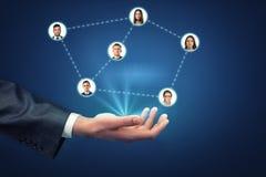 Man& x27; s-Hand, die userpics des Sozialen Netzes hält, schloss durch punktierte Linien an Stockfoto
