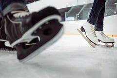Man& x27; s hokej x27 i women&; postaci łyżwy na lodzie opróżniają łyżwiarskiego lodowisko Obraz Royalty Free