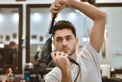 Man& x27; s-kroppomsorg Själv-utforma hår Royaltyfri Bild