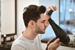 Man& x27; s-kroppomsorg Själv-utforma hår Arkivfoton