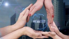 Man` s, kvinna` s och händer för barn` s visar en usb-exponering för hologrammet 3D stock video