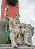 Man& x27; s postać z paddle obsiadaniem przy stopą mównicy kolumna na mierzei Vasilievsky wyspa Zdjęcia Royalty Free