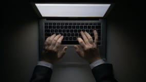Man` s räcker arbete på bärbara datorn på natten royaltyfria foton