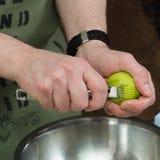 Man` s räcker fullständigt limefrukt Fotografering för Bildbyråer