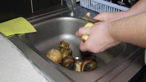 Man` s räcker rena potatisar för att laga mat