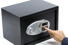 Man& x27; s ręka otwiera elektronicznego drzwi bezpieczny depozytowy pudełko Zdjęcie Stock