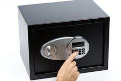 Man& x27; s ręka otwiera elektronicznego drzwi bezpieczny depozytowy pudełko Zdjęcia Stock